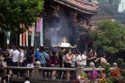Taiwan 2012 - Taipei - Longshan Tempel - Gläubige