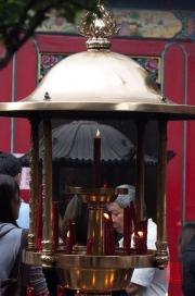 Taiwan 2012 - Taipei - Longshan Tempel - Kerzenhalter