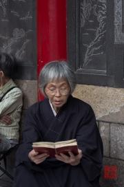 Taiwan 2012 - Taipei - Longshan Tempel - Nonne