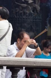 Taiwan 2012 - Taipei - Longshan Tempel - Betender Mann