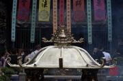 Taiwan 2012 - Taipei - Longshan Tempel - Räucherstäbchenbehälter - Frontfocus