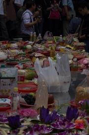 Taiwan 2012 - Taipei - Longshan Tempel - Opfergaben