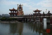 Taiwan 2015 - Kaohsiung - Warrior & Bridge
